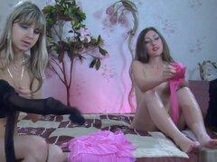 Pantyhose1 Video: Emily B y Gina Gerson. B de Emily y Gina Gerson se viste en el dormitorio con una de las chicas tirando hacia arriba de sus oscuros medias pura a la cintura mientras que otro fue ponerse su niña moda pink panty. La mirada de sus medias s
