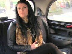 Amateur tetona natural follando en taxi falso. Natural tetona británica morena amateur babe chupar dick a taxista falso en su cabina en el asiento trasero y él le grabación mientras le follando en público