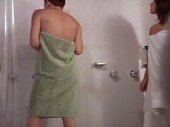 Chicas voyeur ducha, chicas calientes de voyeur mirando están tomando la ducha caliente juntos