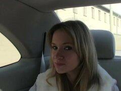 Él ofrece su sexo en un lugar público y ella no le importa, Angelina Sexy monta un taxi como esa chica tiene que ir a la ciudad. Fella detiene la cabina en medio de ninguna parte y este chico trucos Angelina para tener sexo. Angelina comienza dándole un t