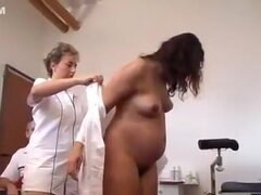 Doctor pervertido examina a una mujer embarazada internamente., Hardcore fantástico doctor y el paciente. Una mujer embarazada extiende sus piernas y su doctor maduro de los dedos de su apretado coño.