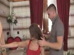 Mujer sale y él golpea a su madre caliente