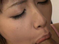 Asia lame sus albóndigas mientras acariciar su chocho peludo