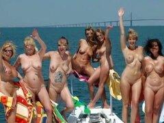 Al aire libre desnudas amateur chicas en pase de diapositivas, compilado en un video sexy son decenas de fotos de chicas dulce topless y totalmente desnuda al aire libre. Algunos están en la naturaleza y algunos tira desnudo en público para posar con sonr