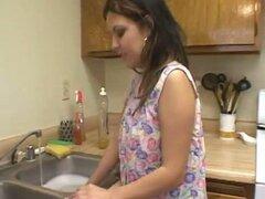 Ama de casa tetona da una mamada a su hombre en la cocina