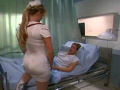 Enfermera es follada en una camilla