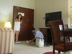 Medio desnuda esposa de puta árabes burla de otro trabajador de hotel