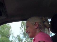 Adolescente folla bragas inpink en coche, autostopista teen amateur rubia toma un paseo con extraño y después habló con él que ella deja le folla su coño depilado en bragas rosa por la carretera