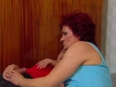 La abuela alemana ama a Anal. Redhead abuela disfruta anal follando con polla dura