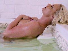 Pareja de lesbianas Phoenix Marie y Lauren Phillips seduce a una chica - Phoenix Marie, Lauren Phillips