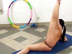 Babe teen desnuda haciendo ejercicios de fitness