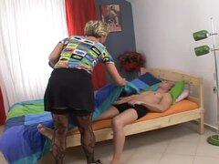 Señora rubia madura cachonda follada por su hijo