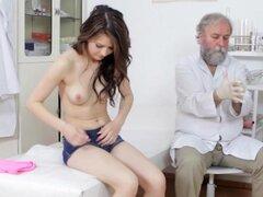 Chick es examinado por sucio viejo fisiólogo, Hot chick que Gejza obtiene desnudó entonces examinado y sondeado por fisiólogo viejo sucio.