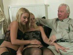 Dos chicas rubias sexy tienen sexo salvaje con un hombre viejo
