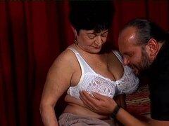 La abuelita necesita echar un polvo y da su caja caliente una buena puta - Felicia