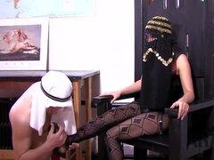 Asiático americano ama educa dominación completa del esclavo árabe. Asian American amante infeliz con su esclavo árabe lento aprendiendo a adorar, lo castigó con crucifixión, castidad, cera caliente y luego correa anal culo!