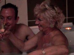 Abuela gorda y joven haciendo el amor romántico caliente
