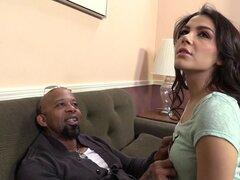 Sabrosa Valentina Nappi tiene sexo Interracial frente a su Cukold