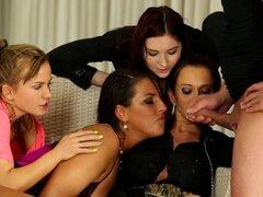 Mierda de grupo de Chicas meando. Grupo de Chicas meando follar y chupar la polla y goldenshowered