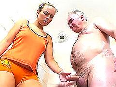 Pequeño Dicked anciano es suerte de follar y Facialize una rubia caliente