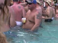 Fiesta en la piscina desnudas Milf fiesta loca