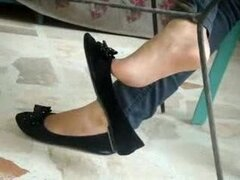 Sexy pies colgando con zapato negro