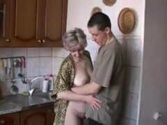 Madres rusas Irina - teniendo sexo en la cocina,