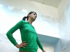 Morena amateur hace ejercicios desnudas