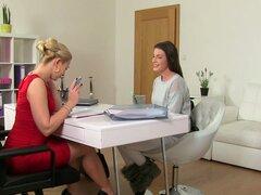 Elegante casting lesbianas dedo follar en la oficina, lesbianas casting Amateur dedo Europa folla a agente elegante en la oficina