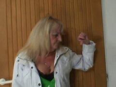 Se folla a la abuela rubia en medias negras