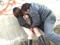 Cachonda jovencita Asiatica muy puta obtiene su coño penetrado bajo un puente por su novio