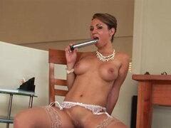 Secretaria desnuda su cuerpo en striptease video