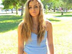 Sassy solo modelo con sombreado de cabello largo de su corto mostrando su culo caliente en primer plano shoot - Cara