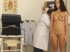 Examen médico de una joven morena
