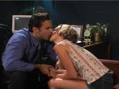 Una colegiala se folla a la Directora, Ryan está ocupado hablando con su director de la escuela como una cosa lleva a otra y comienzan a besarse en su oficina. Él desabrocha sus pantalones y muy pronto, Ryan es chupar su pene como un profesional. Ella mue