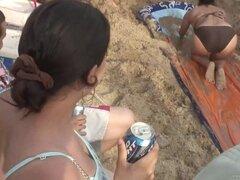 Borrachas fiestas chicas en Sexy bikini en la playa