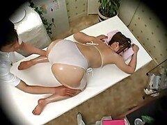 Caliente camara voyeur filmando a una putita recibir un sensual masaje aceitoso