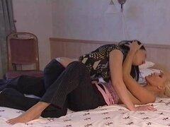 Lezzie Ella Kiss lamiendole el coño y chupa en tetas pequeñas en la cama
