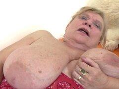 Abuelita muy vieja con tetas grandes y coño peludo