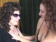 Sonia G. y Vanessa King desnudarse mutuamente y empezar a divertirse - G. Sonia, Vanessa King