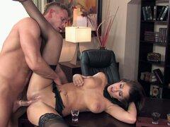 Rubia come y folla Karina White en su oficina en casa