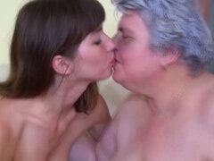 Abuela rubia en acción lesbo con adolescente. Abuela y adolescente rubia abuela en acción lesbo con adolescente