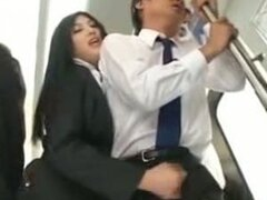 Teen japonesa hace pajas a un desconocido en público