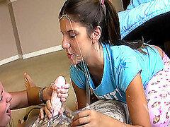 Dos adolescentes con coletas dan una mamada por primera vez