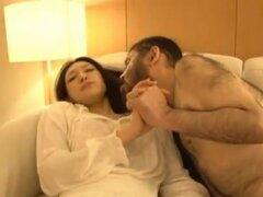 Sasaki Haruka asiáticas muñeca en acción de sexo loco. Haruka Sasaki es un bonito en una mini falda. Ella está descansando en el sofá y alguien llega y comienza a besarla y le siente. Ella se despierta y ella es besarlo mientras él disfruta de su forma te