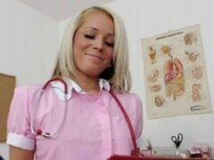Enfermera sexy Venus los dedos su coño en la silla de ginecólogo. Enfermera sexy Venus los dedos su coño en la silla de ginecólogo