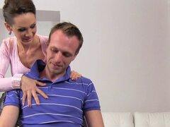Agente femenina permite chico amateur bang le. Morena agente femenino de Euro en minifalda seduce a chico amateur en casting luego en el sofá que ella separa las piernas mientras se masturba luego lo folla