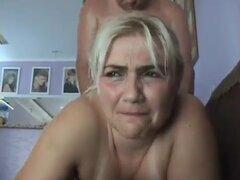 madura rubia recibiendo su ración anal