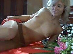 Caliente putita decide ponerse traviesa masturbandose usando su pantyhose