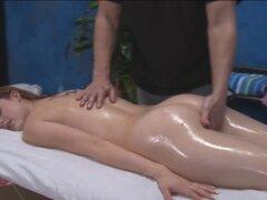 Bonita chica asiática de 18 años. Bonita chica asiática de 18 años es follada duro por su masajista